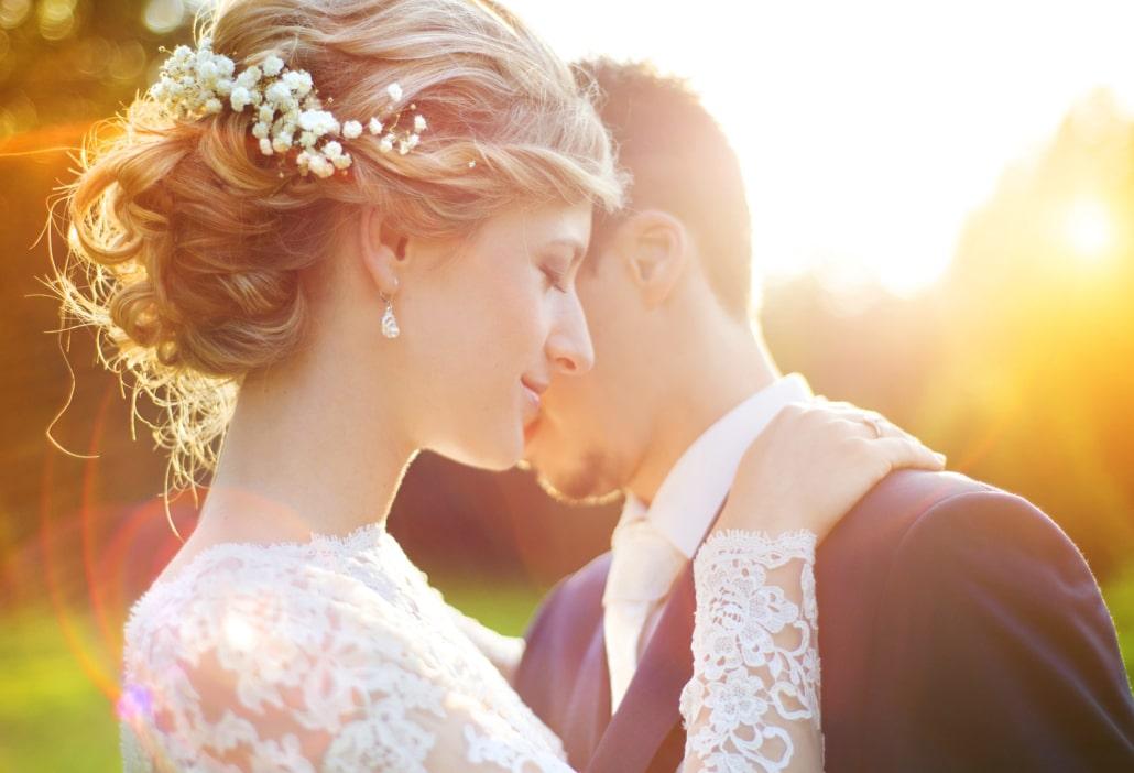 Brautpaar bei der Heirat im Freien