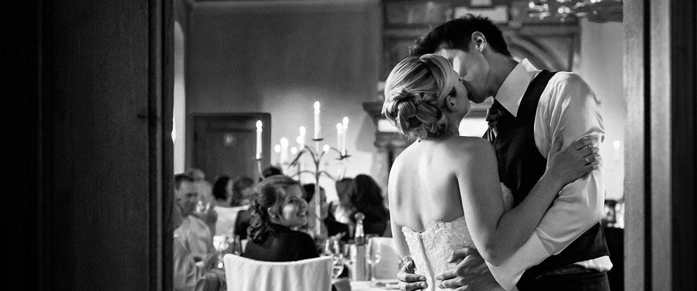 Hochzeitspaar küsst sich im Rittersaal