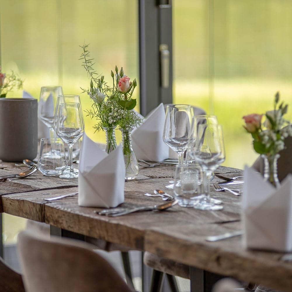 Eingedeckter Tisch im Wintergarten