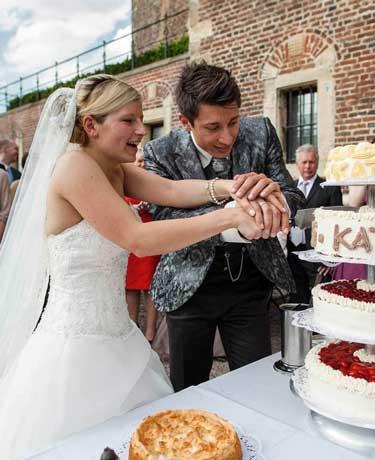 Anschnitt der Hochzeitstorte durch das Brautpaar