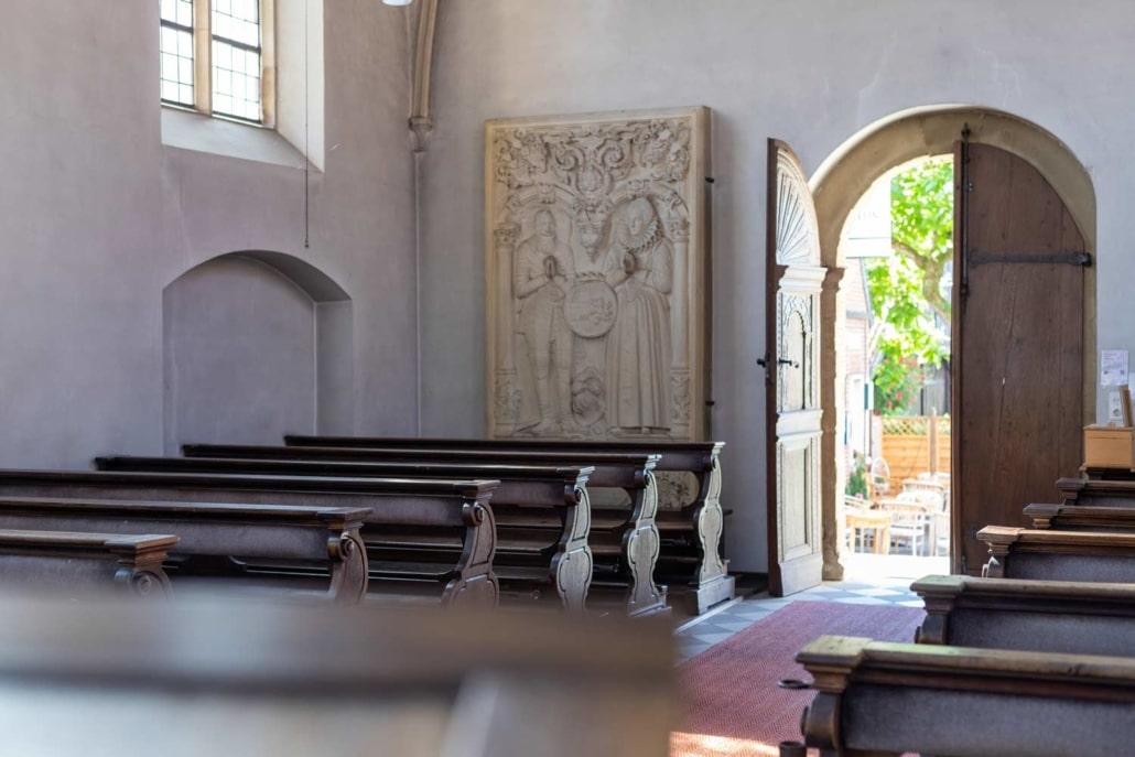 Bänke und Wandgemälde in der Schlosskapelle