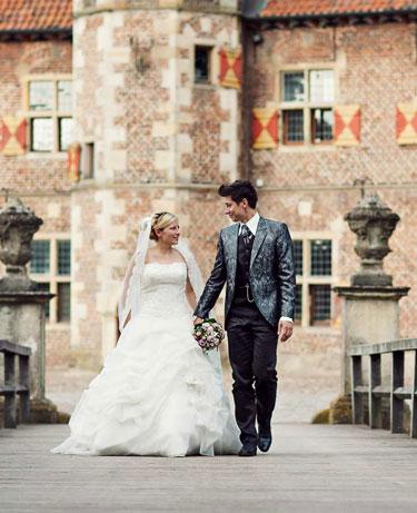 Hochzeitspaar auf der Brücke zum Schloss