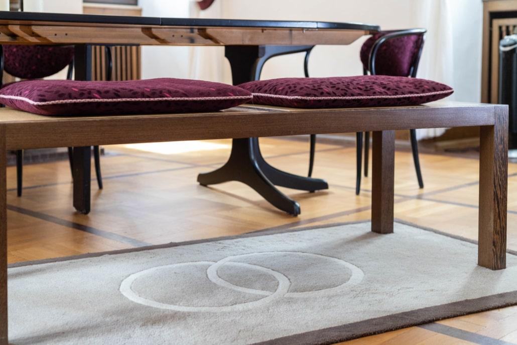 Teppich mit Trauringmuster im Kaminzimmer